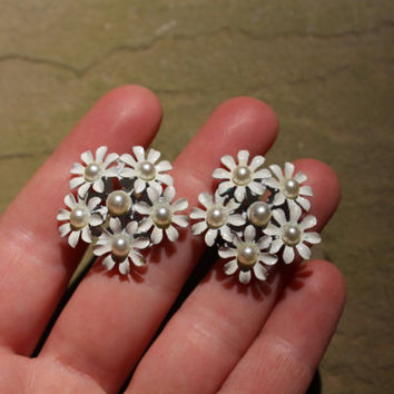 Daisy earrings, Vintage stud earrings, White flower earrings, daisy bridal earrings, pearl earrings, pearl flower earrings, flower girl