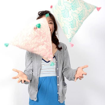 Playful Triangle Cushion ( 2 colors)