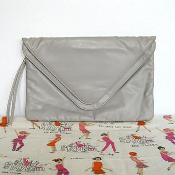 Vintage 1980s New wave / Grey Vinyl Envelope Clutch / Large Wristlet Purse