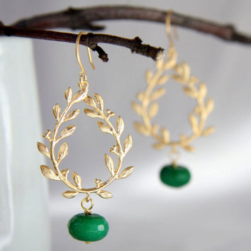 Twig earrings. Gold chandelier earrings.Gold and green agate chandelier earrings. Gold wreath earrings. Nature Inspired Jewelry