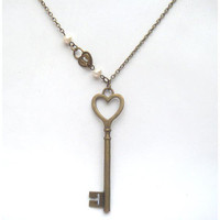 Antiqued Brass Key Lock Pearl Neckl.. on Luulla