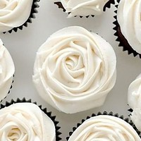 white+rose+cupcakes+with+black+wrappers+via+weheartit.com.jpg (Immagine JPEG, 320x480 pixel)