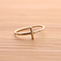 SIDEWAYS CROSS ring with twisted band, in gold | girlsluv.it