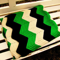 vintage kelly green, navy blue & ivory beige chevron afghan. chevron thow. chevron bedding. chevron blanket