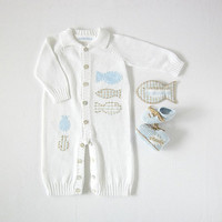 Knitted overalls in white full of fishes. Matching booties. 100% cotton. Newborn.