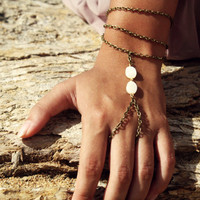 Slave Bracelet Hand Bracelet Hipster Bronze Chain Bohemian White Mother of Pearl Bead Three Chain Hand Ring Jewelry Piece