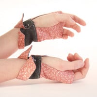 Fingerless gloves Grey & pink floral cotton OOAK Jye par Joliejye