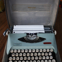 REDUCED Vintage Royal Small Manual Typewriter in Case