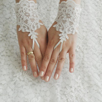 FREE SHIP -Wedding Gloves, ivory lace gloves, Fingerless Gloves, ivory wedding gown, off cuffs, cuff wedding bride, bridal gloves,