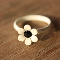 White and Black Daisy Ring