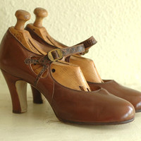 vintage 1930s antique shoes / 30s flapper shoes / 30s dark brown leather deco heels / size 7