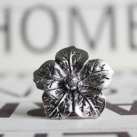 Detailed Metal Flower Dresser Knob / Cabinet pull in Silver (MK152)