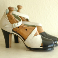 vintage 1930s shoes / 40s black and white platforms / size 7