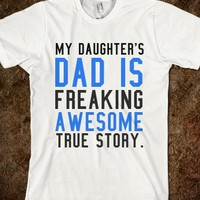 MY DAUGHTER'S DAD IS FREAKING AWESOME TRUE STORY TEE (BLACK BLUE)