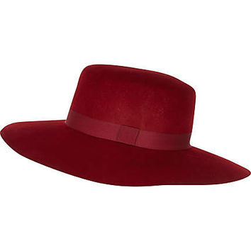 Dark red ribbon trim shaker hat