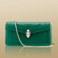 Shoulder bag in calf leather in emerald green with Serpenti head closure.